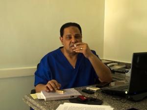 Al Aswany nel suo studio di dentista