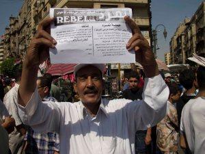 Uomo mostra il volantino dei Tamarroud a Tahrir