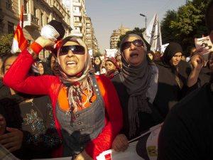 Donne in marcia verso Tahrir il 30 giugno 2013