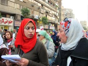 Nancy Omar (dx) alla marcia delle donne