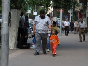 Bambina di strada vende fazzoletti in via Tahrir, quartiere di Dokky