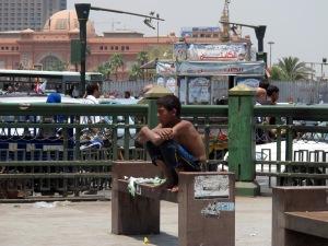 Bambino di strada davanti al Mugammaa, vicino piazza Tahrir (2013)