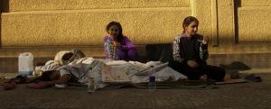 Mosen con le figlie sul marciapiede di Zamalek (2013)