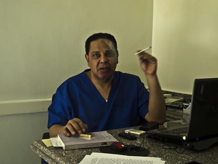 Alaa Al Aswany nel suo studio di dentista.